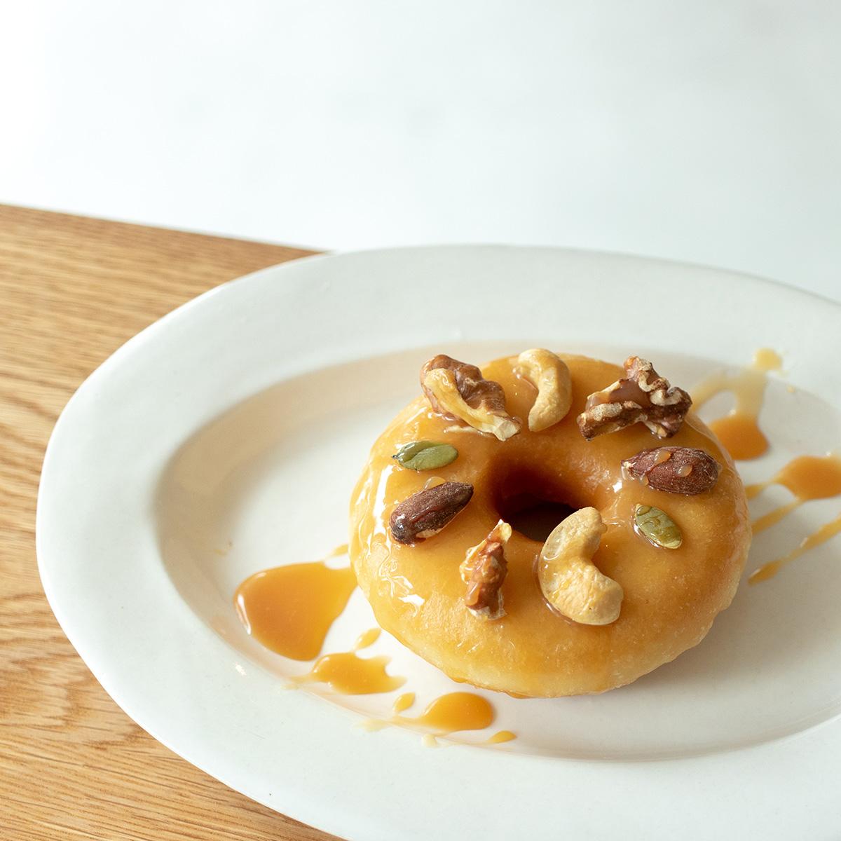 【秋の新メニュー】キャラメルナッツドーナツ